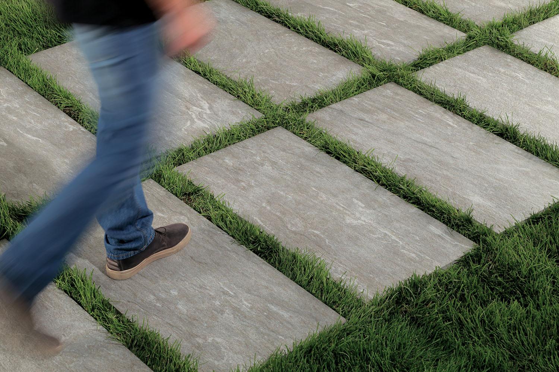 Piastrelle cm posa in appoggio su erba come posare gres su erba